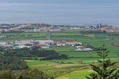 Die Ansicht über Dorf in Azoren stockfotografie