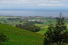 Die Ansicht über Dorf in Azoren lizenzfreies stockbild