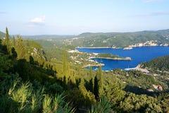 Die Ansicht über eine Bucht in einer Herzform und -strand Stockbilder