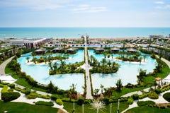Die Ansicht über einen Strand des modernen Luxushotels Stockfotos