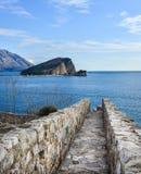 Die Ansicht über Heilig-Nikolas-Insel und das adriatische Meer von Stockbilder