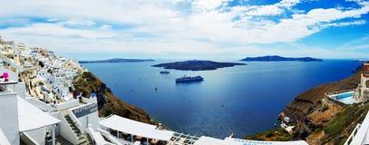 Die Ansicht über Stadt und Touristen Fira, die ihre Ferien genießen Lizenzfreie Stockfotografie