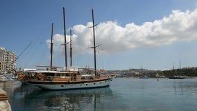 Die Ansicht über Valletta- und Segelyacht stock video footage