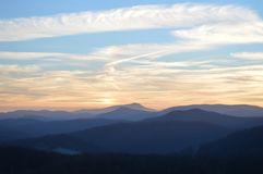 Die Ansicht der Berge bei Sonnenaufgang Lizenzfreie Stockbilder