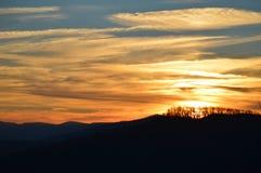 Die Ansicht der Berge bei Sonnenuntergang Stockfotografie