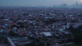 Die Ansicht der Dichte von Wohn und der Bürogebäude im Ostteil von Jakarta ist am Nachmittag stock footage