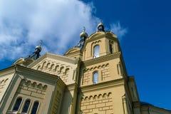 Die Ansicht der Kirche oder der Kathedrale von der Seite Sehen Sie die Hauben, Kreuze Stockbilder