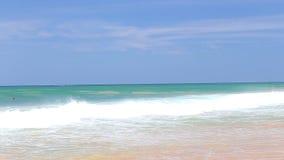 Die Ansicht der Meereswogen auf Hikkaduwa-Strand, Sri Lanka stock video footage
