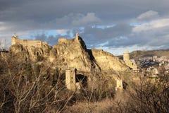 Die Ansicht der Narkala-Festung in Tiflis-Stadt im Winter vom botanischen Garten, Georgia Stockfotos