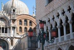 Die Ansicht der Palast-u. des St Mark des Dogen der Basilika, Venedig, Italien mit einem dekorativen Laternenpfahl im Vordergrund lizenzfreies stockbild