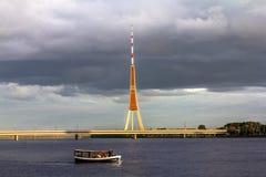 Die Ansicht der Stadt und Fernsehen ragen in Riga hoch Stockfotografie