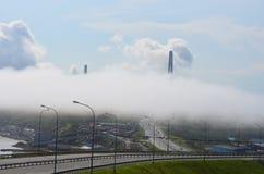 Die Ansicht der Wolken und der Brücke von der Straße Stockbild