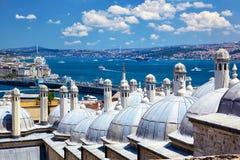 Die Ansicht des Bosphorus mit der Bosphorus-Brücke von der Suleymaniye-Moschee, Istanbul lizenzfreies stockbild