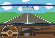 Die Ansicht des Fahrers von einem Autofenster zur Straße Stockbild