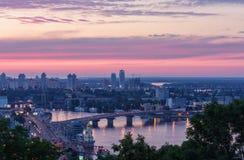 Die Ansicht des Flusses und der Brücke Dnieper in Kyiv bei Sonnenuntergang Lizenzfreies Stockfoto