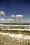 Die Ansicht des Meeres mit Wellen im Vordergrund Stockbilder