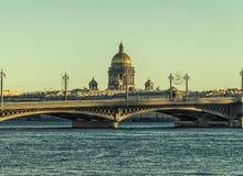 Die Ansicht des Neva-Flusses, der Blagoveschensky-Brücke und der Kathedrale St. Isaac Lizenzfreie Stockfotos