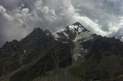 Die Ansicht des Nordgesichtes von Berg Dykh Tau oder Dykh-Tau oder Dykhtau, in den Bergen des russischen Kaukasus Stockfoto