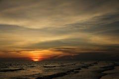 Die Ansicht des Sonnenuntergangs in dem Meer Stockfotos