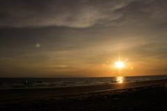 Die Ansicht des Sonnenuntergangs in dem Meer Stockbild
