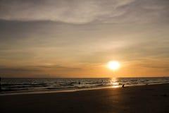 Die Ansicht des Sonnenuntergangs in dem Meer Lizenzfreie Stockbilder