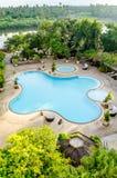 Die Ansicht des Swimmingpools im Hotel Stockbilder