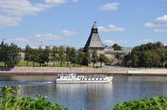 Die Ansicht des Vlasyev-Turms, einer der defensiven Türme Überlebens des Pskovs der Kreml vom großen Fluss, auf dem stockfotografie