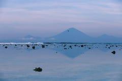 Die Ansicht des Vulkans Agung von Gili Trawangan am frühen Morgen bei Ebbe Stockfotos