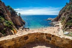 Die Ansicht vom Balkon auf dem reizend Strand von Tossa de Mar Lizenzfreies Stockfoto