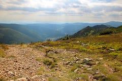 Die Ansicht vom Berg Krakonos und Kozi hrbety zum Tal stockfotografie
