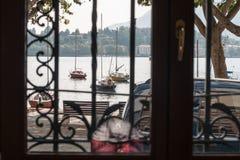 Die Ansicht vom Fenster auf den Segelbooten auf dem See Lizenzfreies Stockbild