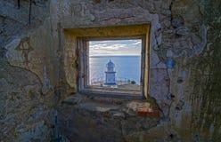 Die Ansicht vom Fenster eines alten ruinierten Leuchtturmes. Lizenzfreies Stockbild