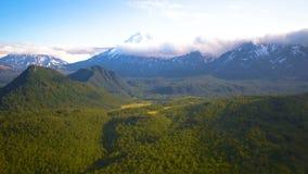 Die Ansicht vom Hubschrauber auf den Bergen und den Vulkanen von Kamchatka Krai, Russland stock footage