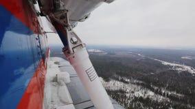 Die Ansicht vom Hubschrauber auf einem Schneewinter stock video