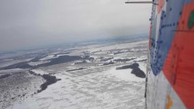 Die Ansicht vom Hubschrauber auf einem Schneewinter stock footage
