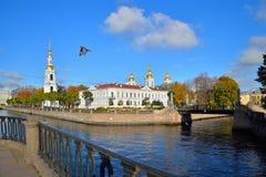 Die Ansicht vom Kryukov-Kanalkai auf dem orthodoxen und St.-NIC Lizenzfreie Stockfotografie