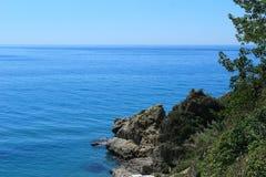Die Ansicht vom Mittelmeer sehen mit Felsen lizenzfreie stockbilder