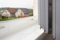 Die Ansicht vom offenen Plastikfenster Lizenzfreies Stockfoto