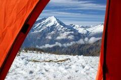 Die Ansicht vom orange Zelt auf Bergen von Nepal Lizenzfreie Stockfotos