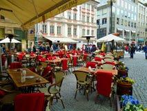 Die Ansicht vom Restaurant auf dem Quadrat voll von Leuten Prag, Lizenzfreies Stockfoto