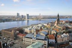 Die Ansicht vom Turm des Heiligen Peters Church auf Stadtbild von Riga Lizenzfreies Stockbild