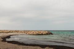 Die Ansicht vom Ufer zur Sperre von Steinen im klaren Mittelmeer Tunesien, Mahdia Lizenzfreies Stockfoto