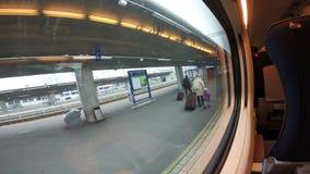 Die Ansicht vom Zugfenster der Plattform stock video footage