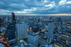 Die Ansicht von Bangkok bis zum Nacht lizenzfreies stockbild
