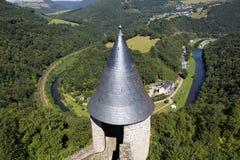 Die Ansicht von Bourscheid-Schloss über dem Tal Stockfotos