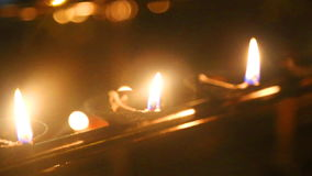 Die Ansicht von brennenden Kerzen im Tempel des Zahnes Es ist ein buddhistischer Tempel, der im Komplex des königlichen Palastes  stock video