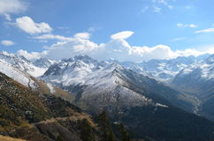 Die Ansicht von den Bergen bedeckt mit etwas Schnee in Region Schwarzen Meers, die Türkei Stockfoto