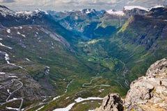 Die Ansicht von den Bergen zum Fjord und zu den kurvenreichen Straßen in keinem Stockfotos