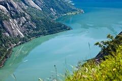 Die Ansicht von den Bergen zum Smaragdwasser im Fjord n Stockfoto
