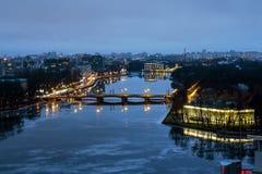 Die Ansicht von den Höhen auf dem Fluss Neva im Abend ligh Lizenzfreies Stockfoto